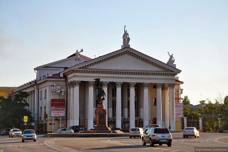 Памятник Александру Невскому на фоне театра НЭТ, Волгоград © Igor Butyrskii