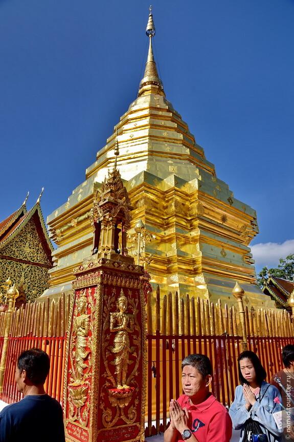 Большинство тайцев знают молитву без подсказок... Ну, или читают другую, которую знают...