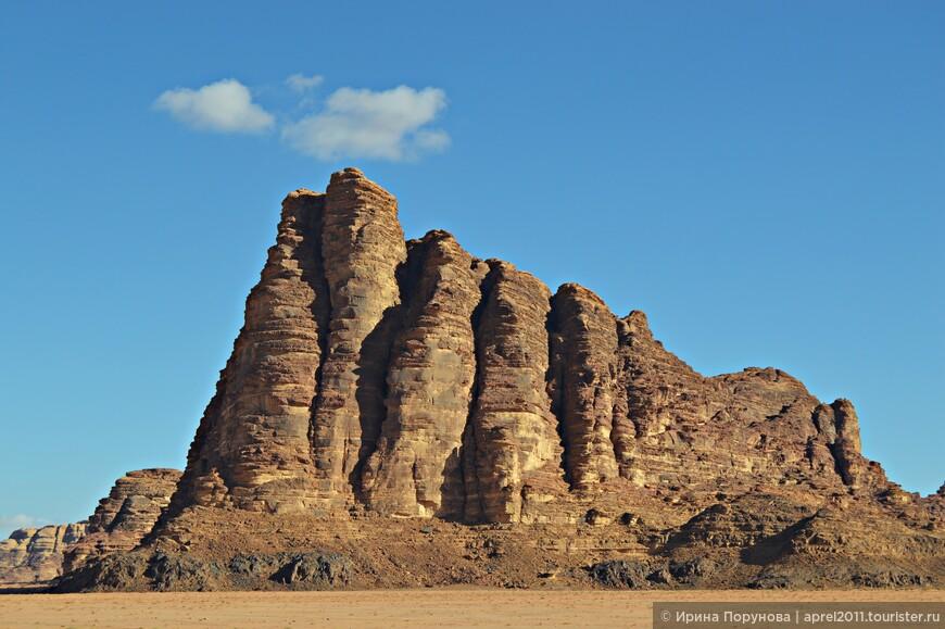 Гора Семь столпов мудрости - достопримечательность пустыни Вади-Рам, которую можно увидеть еще до въезда на территорию парка.