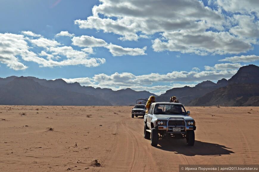 Самый удобный способ путешествия по пустыне - на джипах. В основном это уставшего вида тойоты, но они все еще демонстрируют чудеса проходимости по каменисто-песчаной местности.