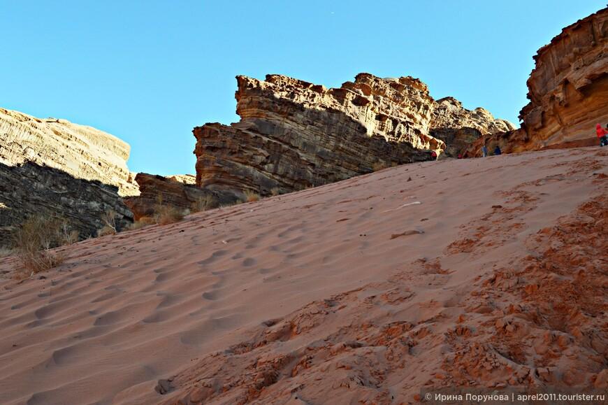 Красная дюна - огромная гора-бархан, у которой обязательно совершается остановка. Забраться на вершину дюны не просто, ноги просто утопают в песке, делая тщетными попытки быстрого взятия горы штурмом... Но для покорителей сверху открываются невероятной красоты виды на просторы пустыни.