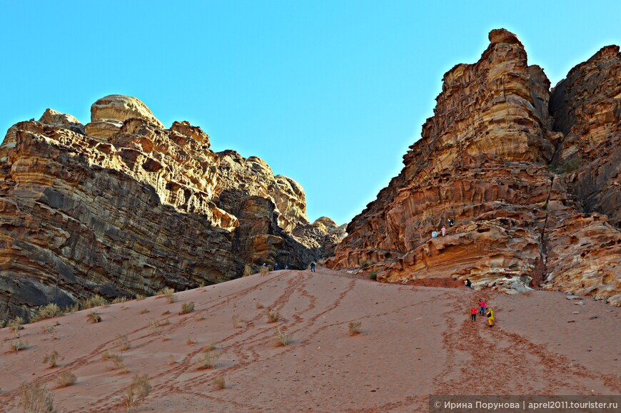 На фоне огромных объектов пустыни (скал, гор), люди кажутся просто песчинками...