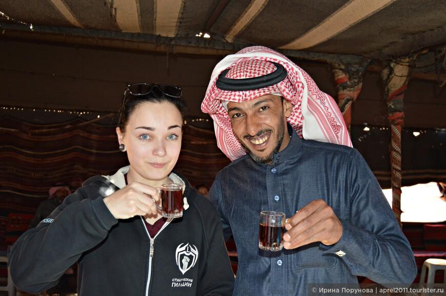 Бедуины заваривают крепкий чай, добавляют в него травы, которые находят здесь же в пустыне