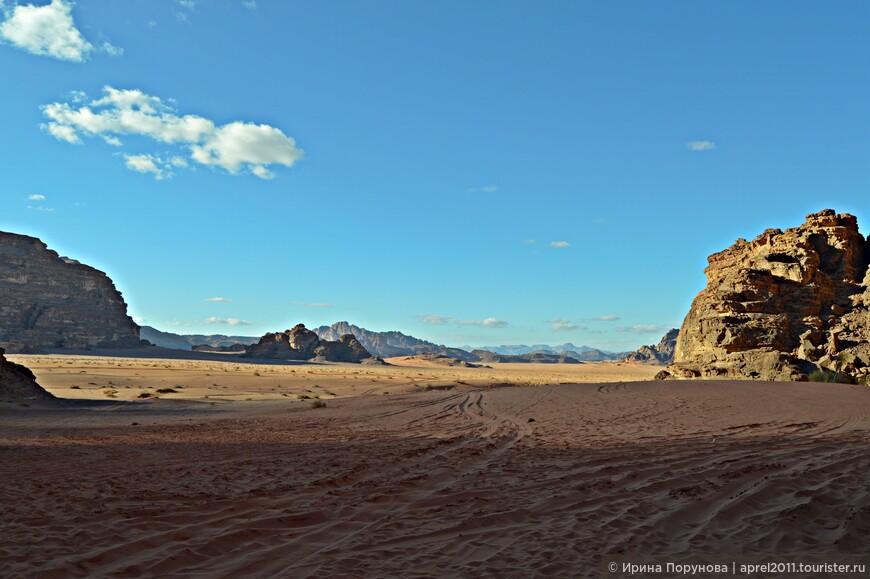 Территория пустыни огромна, её площадь - 74 180 га.