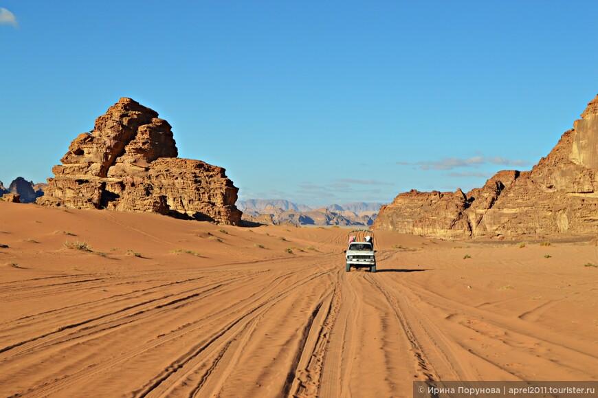 В пустыне активный трафик, здесь можно увидеть целую сеть накатанных дорог