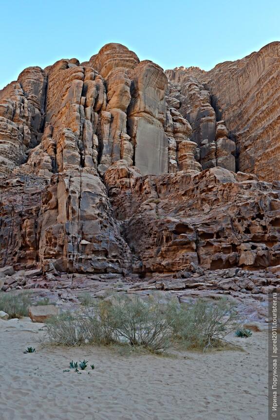 Скалолазание -  ещё одно из популярных занятий в Вади-Рам. Горы состоят из плотного песчаника, который мало скользит. Многочисленные просветы и впадины в скалах помогают в восхождении