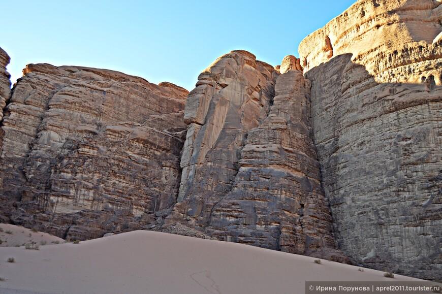 А в очертаниях этой скалы можно разглядеть гордый профиль индейца...