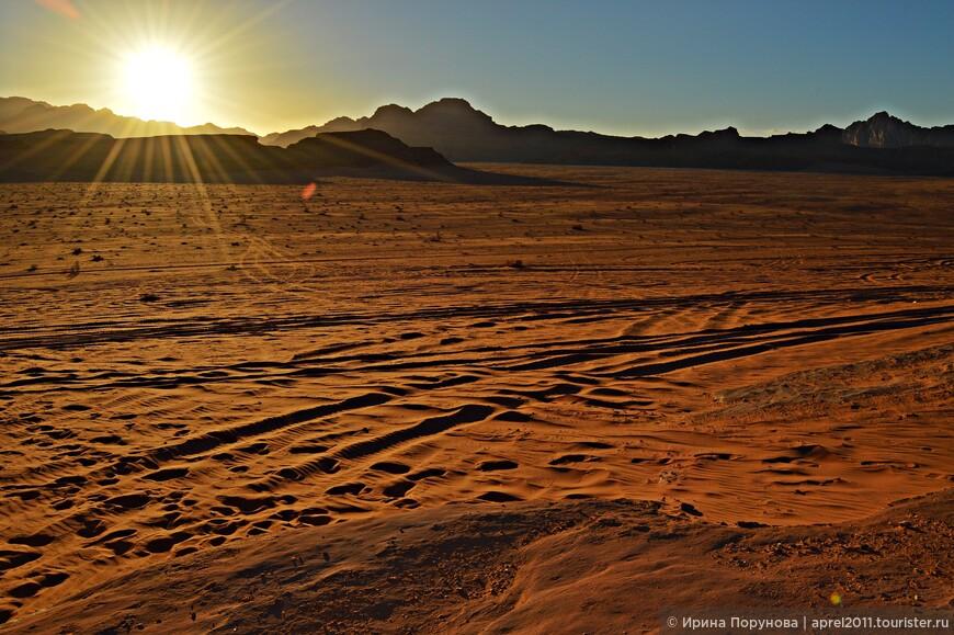 Отдельное удовольствие встречать закат в пустыне.