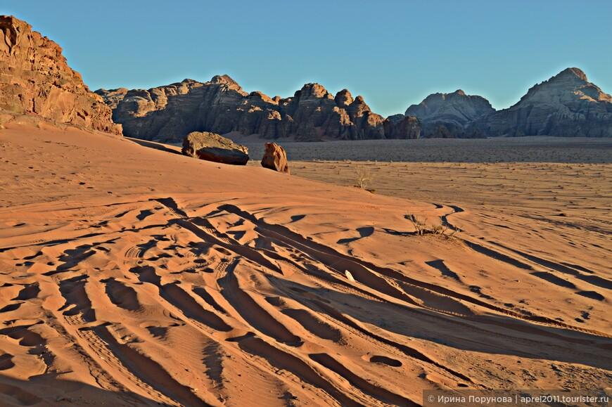 Именно на закате песок начинает приобретать насыщенный цвет, а все вокруг как будто наполняется золотым сиянием