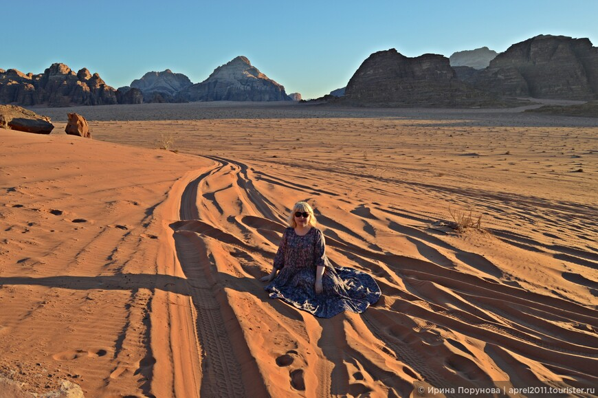 Песок в пустыне мелкий, на ощупь приятный как пудра