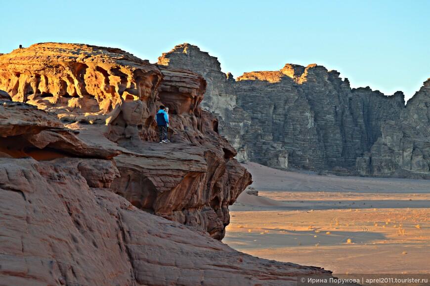 Наблюдая закат, испытываешь невероятное чувство восторга и начинаешь понимать бедуинов, которые не желают менять свой привычный образ жизни и даже не верят, что где-то смогут выжить без пустыни...