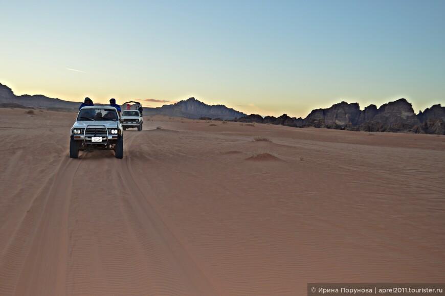 С лучами заходящего солнца в пустыне начинает заметно холодать, хочется одеться потеплее