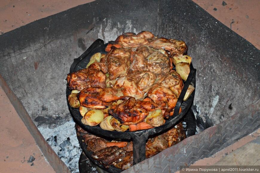 А это главное блюдо вечера - баранина, курица и картошка, запечёные в песчаной яме.