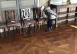 в замке стульчик под прицелом