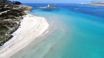 На пляже Сардинии запретили полотенца