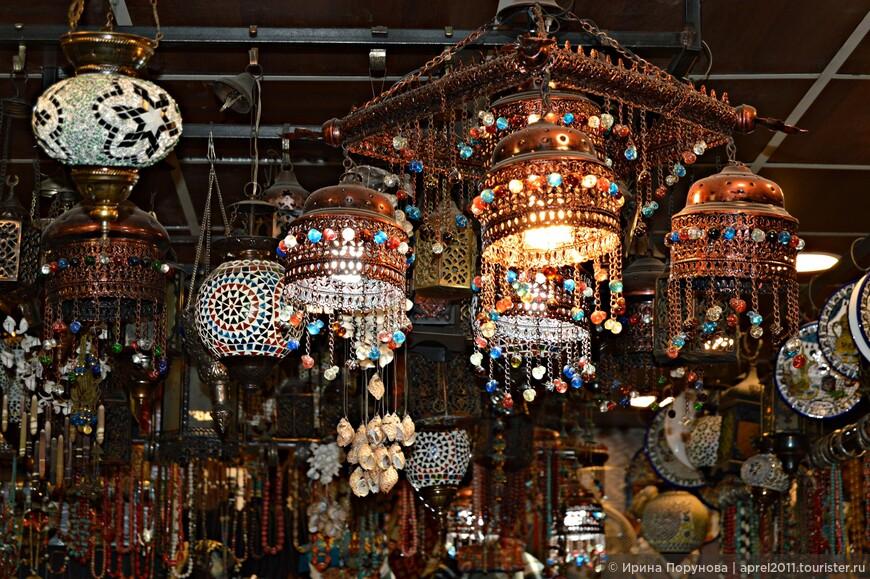 Из недорогих сувениров можно купить поделки из камней, разных пород дерева, ракушек.