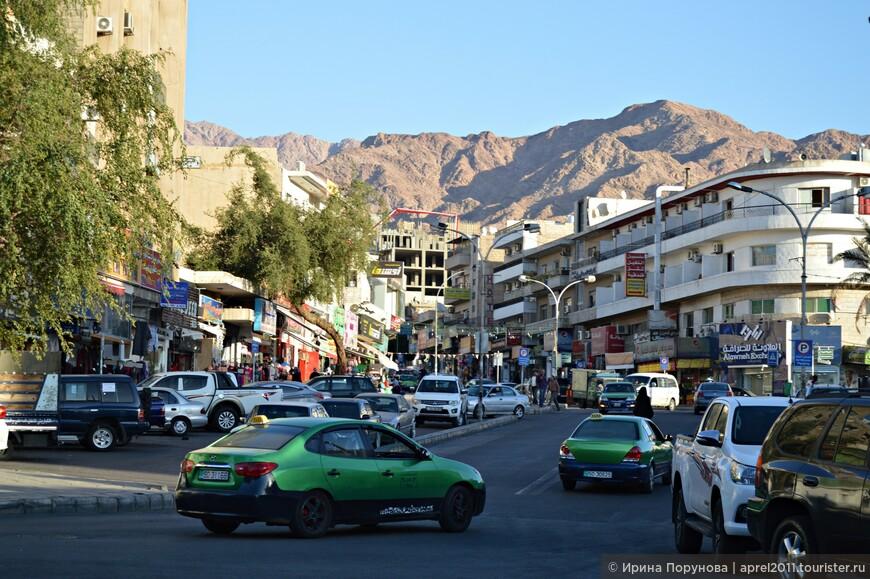 По Акабе жители передвигаются исключительно на такси. Их здесь очень и очень много, все такси зелёного цвета.