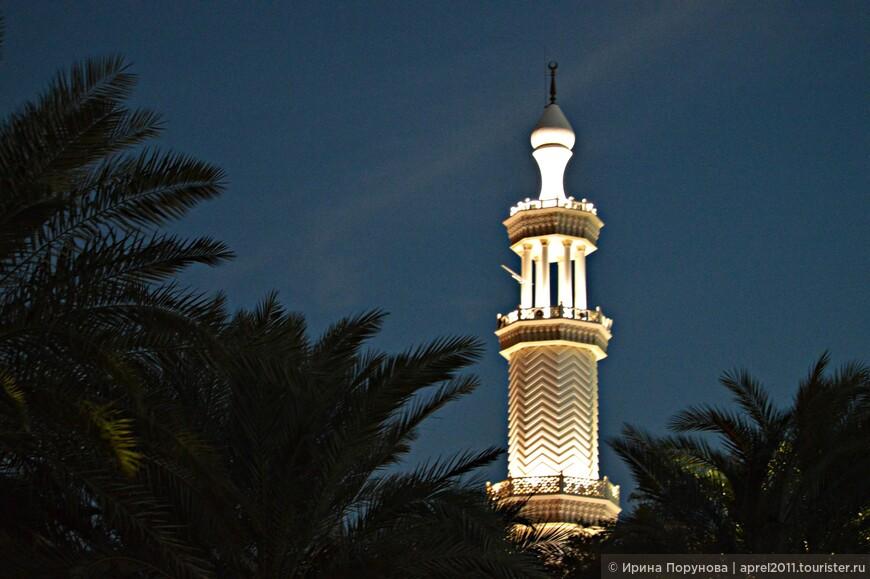 Мечеть квадратная в плане, имеет размеры 19 х 19 метров. Всё внутреннее пространство занимает большой молитвенный зал, над которым находится небольшой купол диаметром 7 метров. Благодаря куполу внутри здания достигается хорошая акустика. Мечеть имеет 1 минарет, его высота 25 метров.
