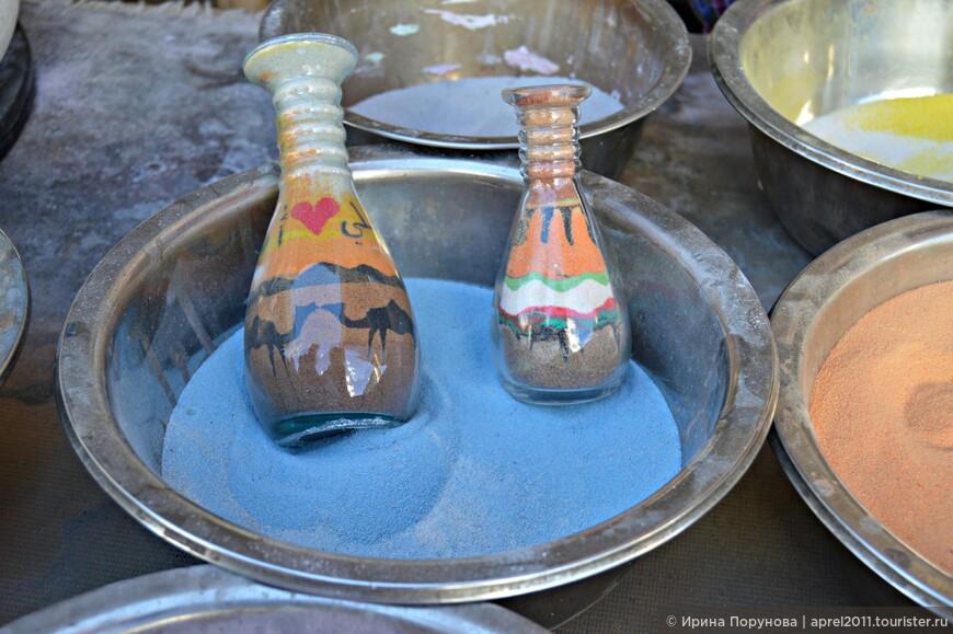 Мастера «по бутылочкам» располагаются прямо на улицах и демонстрируют своё искусство. Работа очень тонкая и кропотливая.