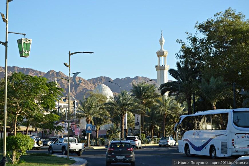В Акабе достопримечательностей не много и выглядит сам  город не очень презентабельно – типичный ближневосточный город - шумный, суетливый и грязноватый.Его центром можно считать площадь, вокруг которой располагаются мечеть, торговые точки, Макдональдс. Рядом находится и набережная.