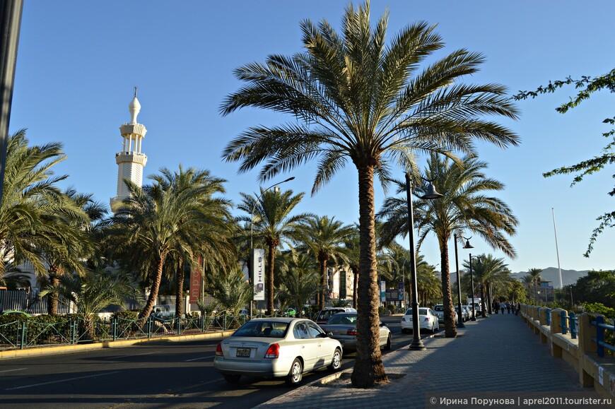 Основная городская магистраль – улица Короля Хуссейна тянется вдоль побережья почти от израильской границы до морского порта. Вдоль этой улицы сосредоточено большинство отелей города.