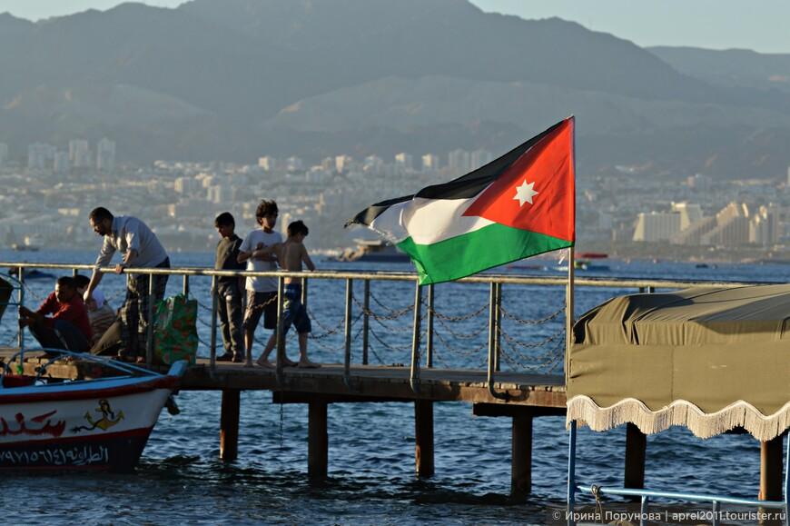 На этой фотографии на втором плане отлично просматривается израильский Эйлат.