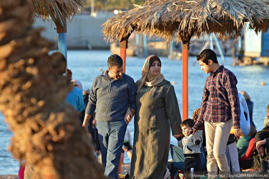 Иордания относится к числу стран с довольно консервативными взглядами. Ярко это выражается в отношении полов. Женщины ограничены в правах, в ряде случаев им запрещено даже сидеть рядом с мужчинами. Женщины должны ходить в закрытых одеждах и вести себя максимально скромно и сдержанно.