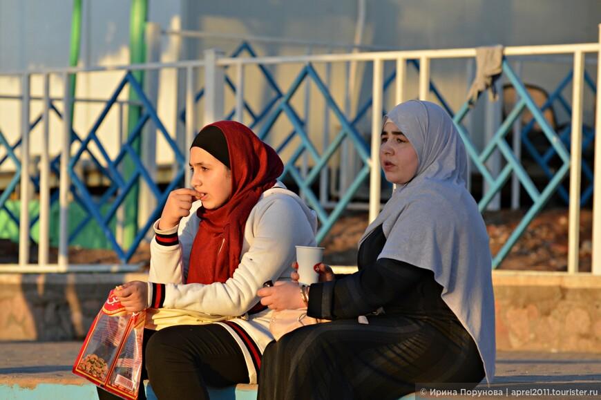 Сидят девчонки, сидят в сторонке...