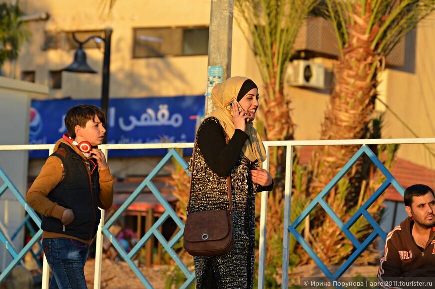 Не смотря на то, что Иордания прежде всего светское государство и здесь нравы гораздо мягче, чем у соседей, в Сирии или в Саудовской Аравии, но все же мусульманские традиции очень ощутимы с тенденцией к усилению в последние несколько лет.