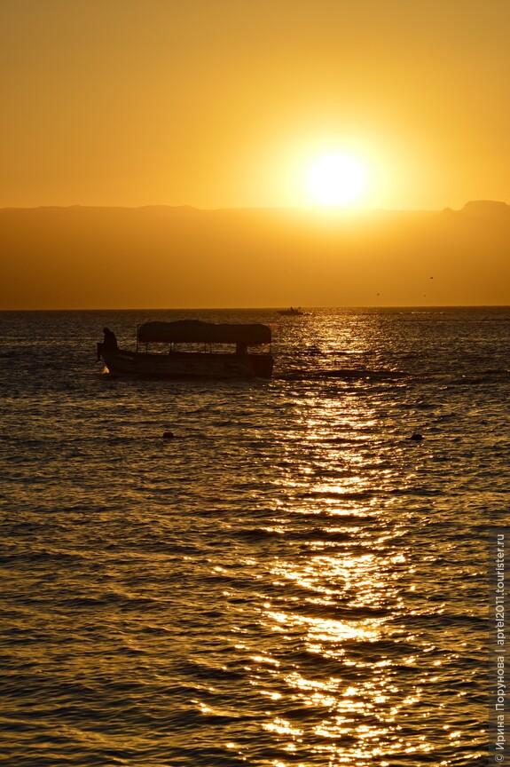 Знаменитое Иорданское окно на море, Акаба, воспринимается путешественниками, приезжающими с севера, как глоток свежего воздуха после горячего ветра розовых песков бесконечной пустыни.