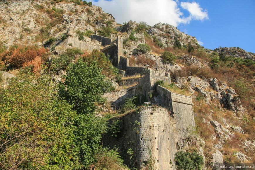 В 1979 г. крепость была внесена в Список всемирного наследия ЮНЕСКО.  Протяженность зигзагообразных крепостных стен – 4,5 км, толщина – от 2 до 16 м, а высота – 20 м.