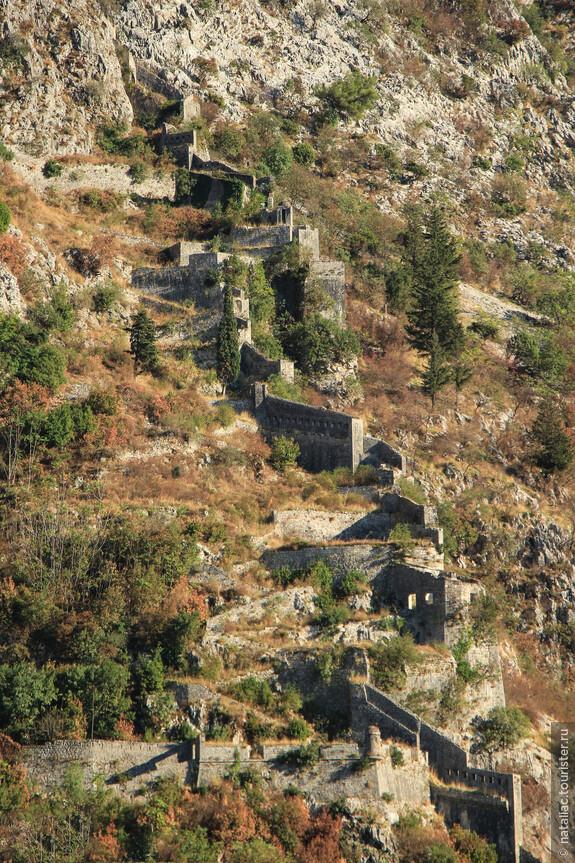 Подняться в крепость по ступенькам можно только с левой стороны крепостных стен, справа-это просто стена.