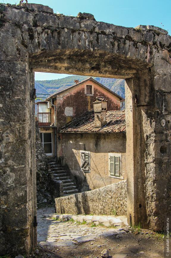 Ворота в начало пути, позади древние домики старого Котора.