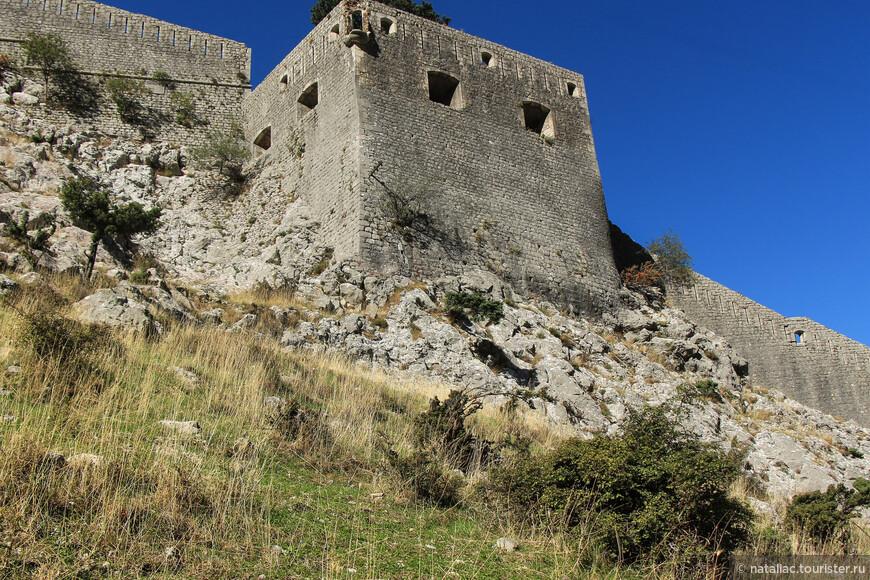 Отсюда отлично видно, как крепостные стены  буквально вырастают из горы.