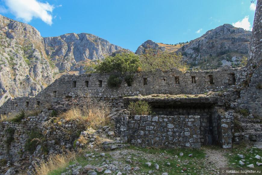 Развалины Малой крeпости с башней Контарини (XV в.) и укреплениями св. Марко.