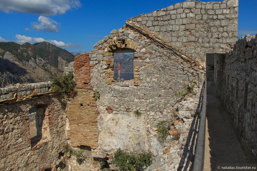 Люнет Маньо, над которым развевается флаг Черногории и остатки укрепления св. Ивана (bastione di San Giovanni).