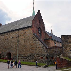Наш сити тур начинается с осмотра крепости Акерсхус, Крепость была построена в XIV в. по приказу короля Хокона V как первая мощнейшая цитадель из кирпича и камня, защищавшая норвежскую столицу.
