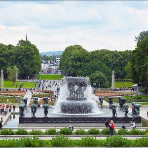 Вид на фонтан с площадки Монолита.