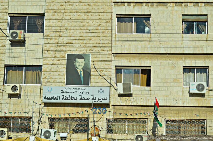 Портреты монарха и его семьи можно увидеть в Аммане повсеместно
