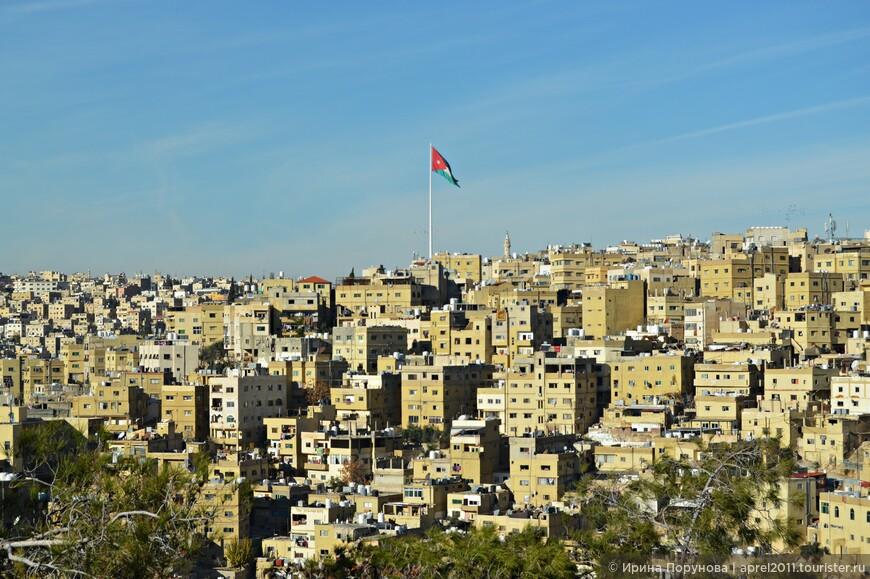 Над городом возвышается огромный флагшток. Его высота — 127 метров, при установке он был самым высоким в мире. Длина развевающегося на нём иорданского флага — 60 метров.