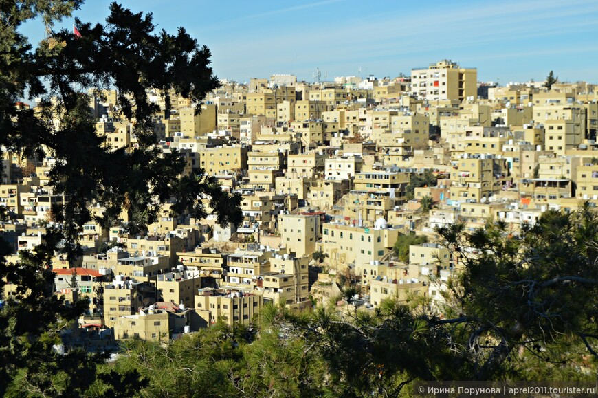 Столицу Иордании иногда называют «белым городом», так как большинство зданий облицованы белыми известняковыми плитами, что делает их, почти, неотличимыми друг от друга. Дома преимущественно построены в несколько этажей – два и три, но расположенные на холмах они создают впечатление плотной многоэтажной застройки.