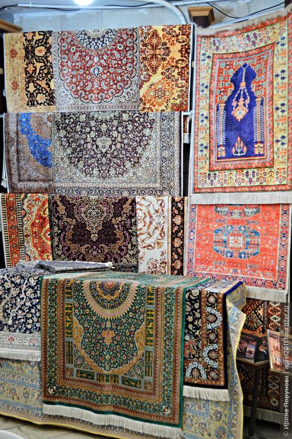 Ковры, керамика, медная посуда широко представлены на местных рынках.