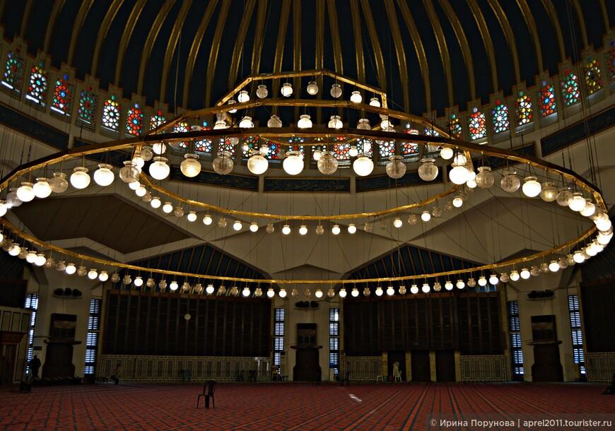 Внутри мечети находится просторный зал, изюминкой которого является большая люстра. Справа от главной мечети расположено небольшое сооружение – женское отделение, рассчитанное на 500 человек.
