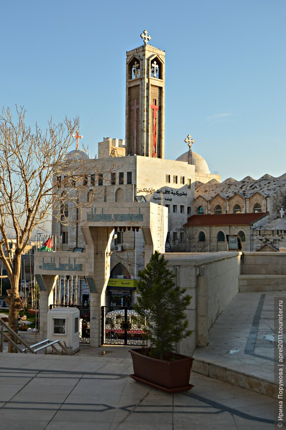 В подтверждение веротерпимости иорданцев, прямо напротив мечети находится главная коптская церковь. Копты – египетские христиане, представители одной из самых древних ветвей христианства, сохранившие в своей истории и культуре черты, уходящие корнями в глубину веков.