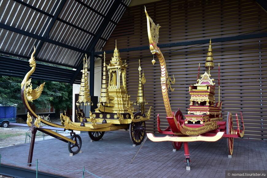 Неподалеку от храма стоят такие вот повозки... Видимо, на правой возили короля, а на левой - может быть того самого Изумрудного Будду?