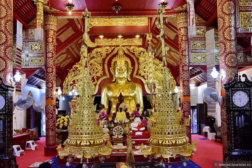 Внутри еще одного храма. Даю совет - если будете в Чианг Рае, обязательно выделите один день для прогулки по городу и посещения храмов... Мне выделенного времени не хватило...