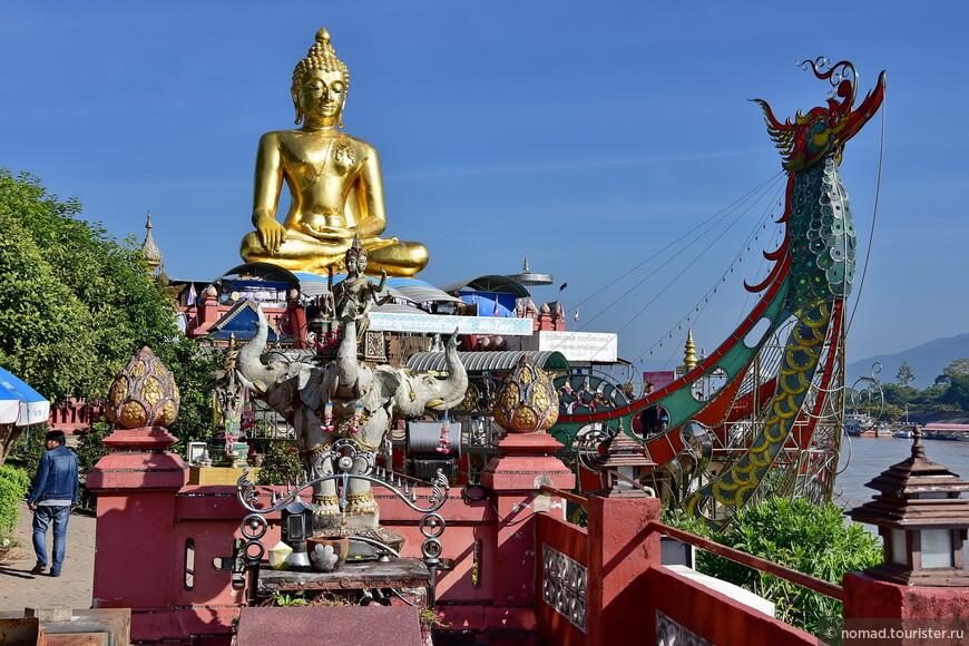 Большой Будда в интерьере...