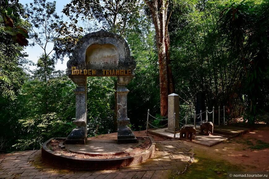 Еще одно напоминание где мы на территории храма  Prathat Pukhao.