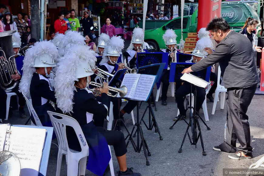 Уличный концерт в Мае Саи.