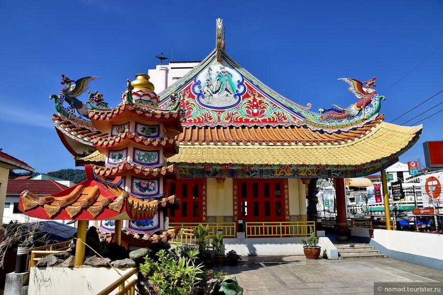 По дороге к автовокзалу мне попалось пара красивых китайских храмов...